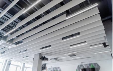 Lineaire metalen plafond installatie